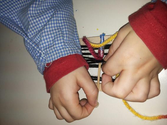 07 Mani di piccoli artisti giocano con la lana