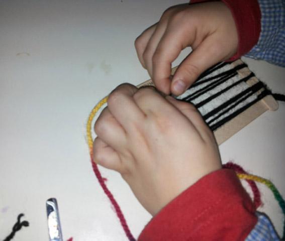 Piccole mani che lavorano nei telai